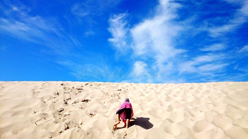 Dziewczyna wspina się pustynnego wzgórze zdjęcia royalty free