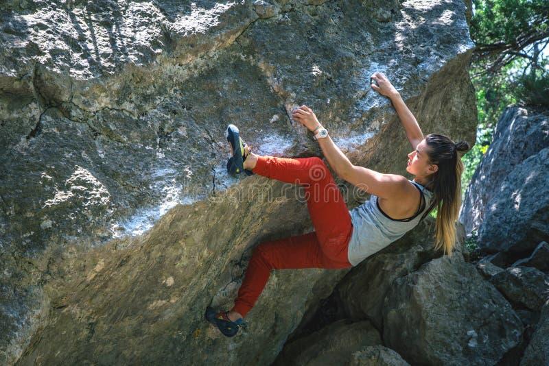 Dziewczyna wspinaczkowy g?az zdjęcie stock