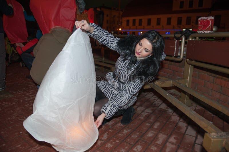 Dziewczyna wszczyna niebo lampion dla dnia wszystkie kochankowie, valentines dzień fanarik liveings fotografia stock