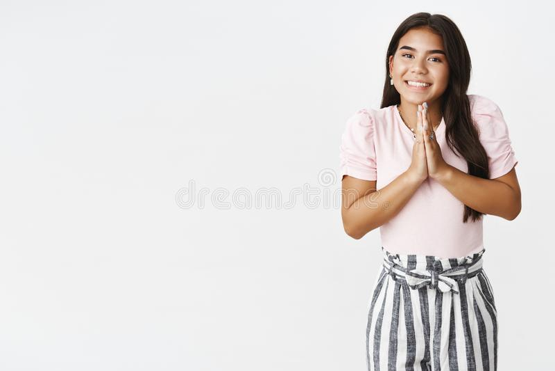 Dziewczyna wtyka tradycje Portret grzeczni i szczęśliwi młodzi indiant dorastający powitań ludzie z rękami wewnątrz ono modli się zdjęcia royalty free