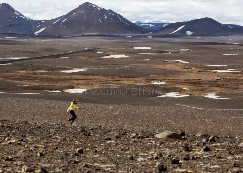 Dziewczyna wycieczkowicz biega wokoło w górach obraz stock