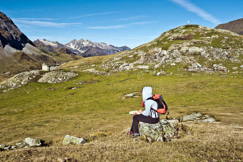 Dziewczyna wycieczkowicz siedzi Troumous cyrka panoramę i obserwuje fotografia royalty free