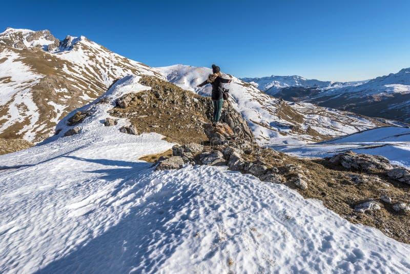 Dziewczyna wycieczkowicz zostaje w kamiennym obszyciu panoramiczny widok górna Tena dolina w hiszpańszczyznach Pyrenees w wczesny fotografia royalty free