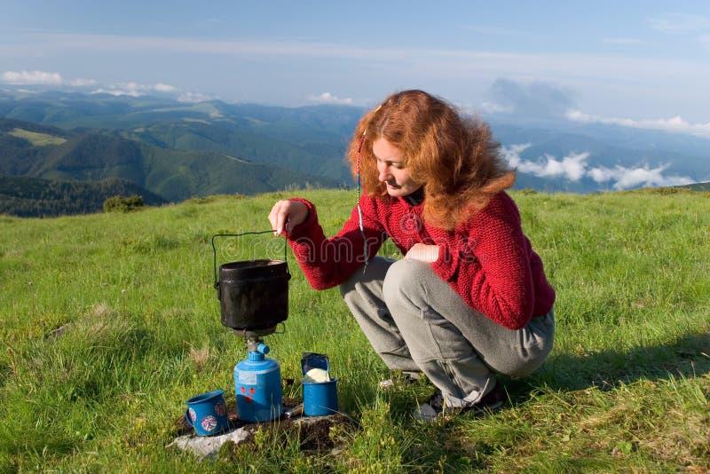 dziewczyna wycieczkowicza zrobić kawy zdjęcie royalty free