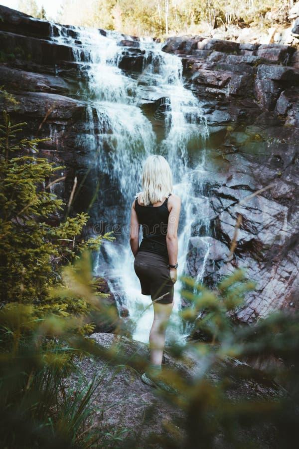 Dziewczyna wycieczkuje przy Solbergelva rzeką obrazy royalty free