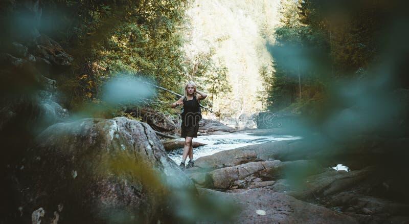 Dziewczyna wycieczkuje przy Solbergelva rzeką obraz royalty free