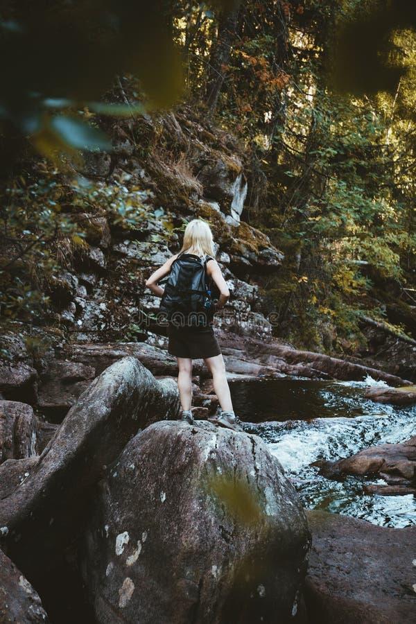 Dziewczyna wycieczkuje przy Solbergelva rzeką obraz stock