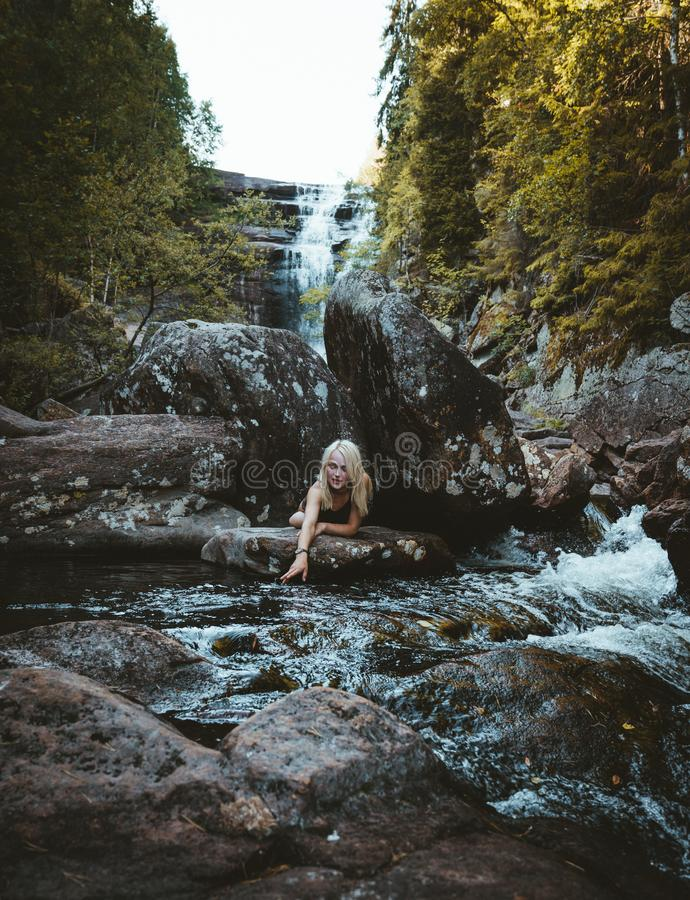 Dziewczyna wycieczkuje przy Solbergelva rzeką fotografia stock