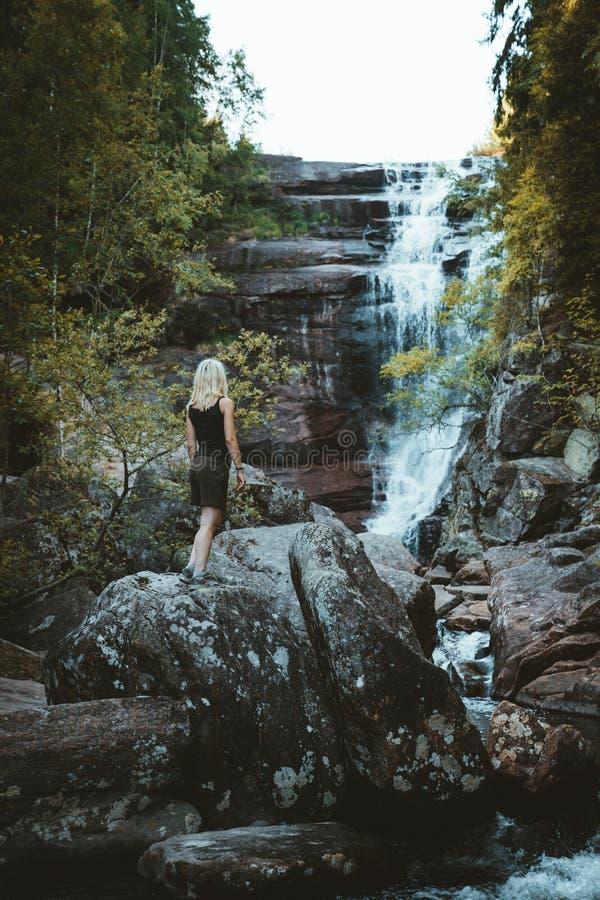 Dziewczyna wycieczkuje przy Solbergelva rzeką zdjęcie stock