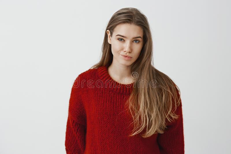 Dziewczyna wyraża pogardę rywalizować Portret nierada nieporuszona piękna kobieta w modnym czerwonym luźnym pulowerze fotografia stock