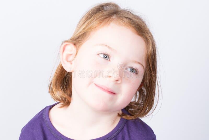 Dziewczyna z ślicznym uśmiechem odizolowywającym na popielatym tle obrazy stock
