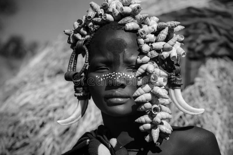 Dziewczyna z afrykańskiego plemienia Mursi w Etiopii obraz royalty free