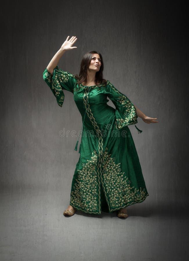 Dziewczyna z arab sukni dyskoteki tanem obrazy stock
