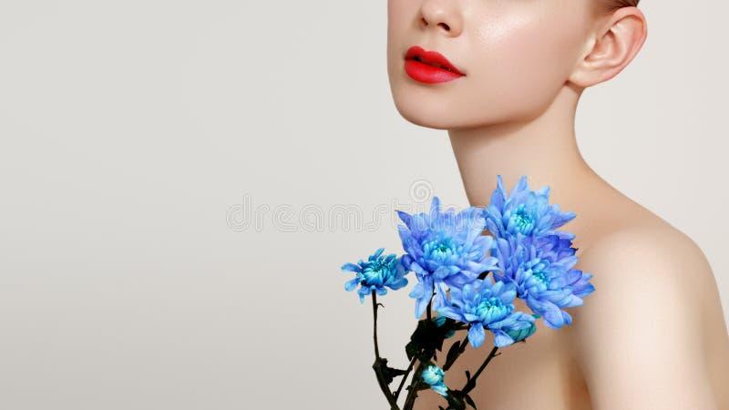 Dziewczyna z błękitem kwitnie bukiet przy biel ścianą Inspiracja wiosna i lato Pachnid?o, kosmetyka poj?cie obrazy stock