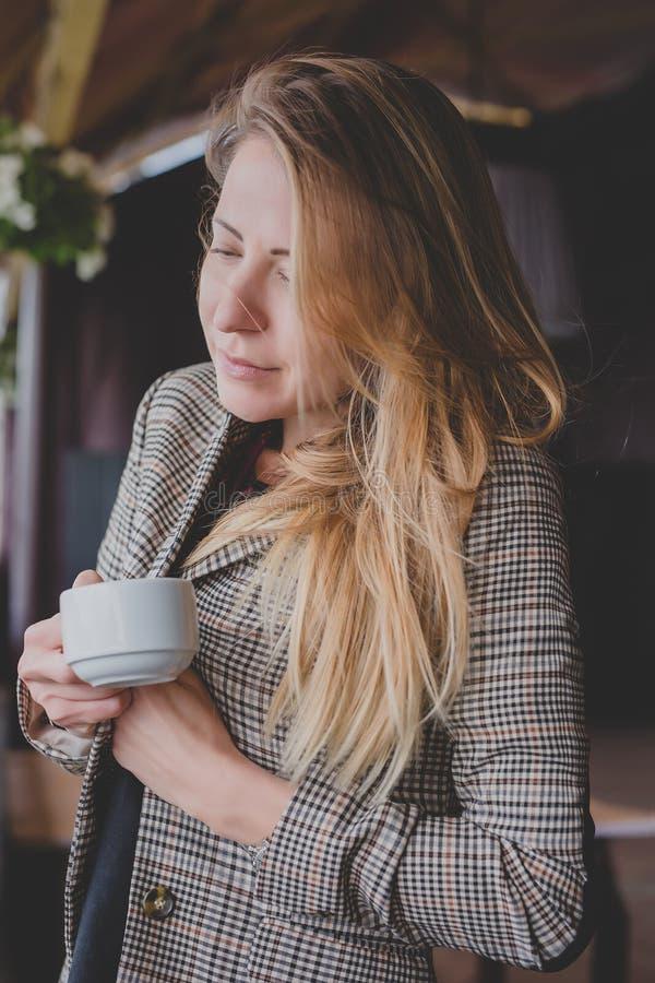 Dziewczyna z białą filiżanką na werandzie dom dziewczyna pije herbaty, kobieta z filiżanką kawy zdjęcie stock
