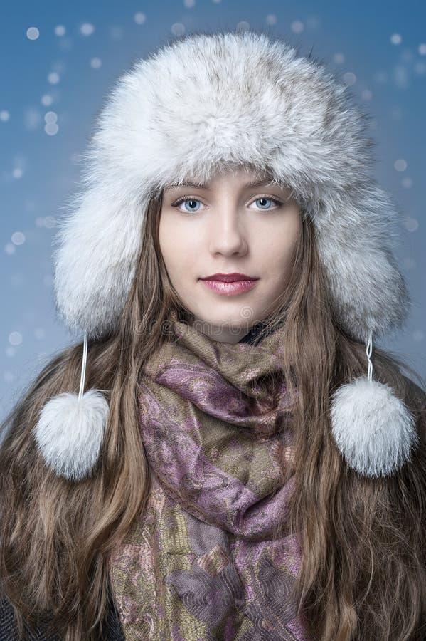 Dziewczyna z biały kapeluszowy szczęśliwym w śniegu zdjęcie stock