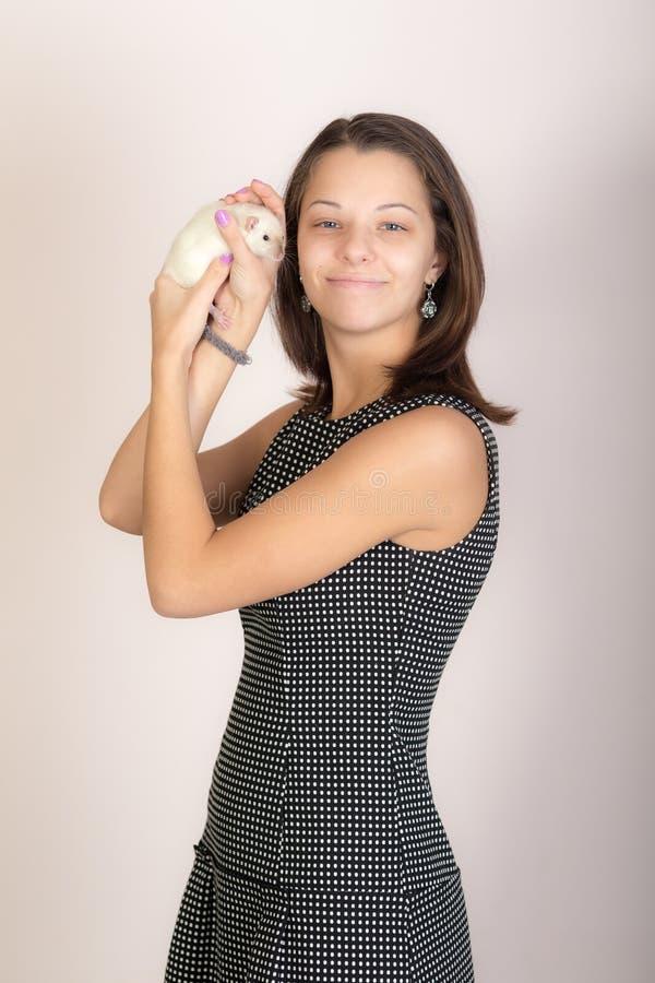 Dziewczyna z białym szczurem domowym zdjęcie stock