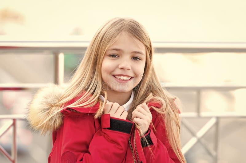 Dziewczyna z blond długie włosy uśmiechem plenerowym zdjęcie royalty free