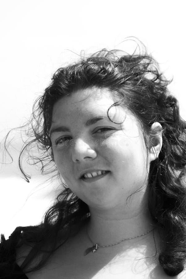 Download Dziewczyna Z Brązem Przygląda Się Intensywnego Spojrzenie Zdjęcie Stock - Obraz złożonej z krótkopęd, moda: 57664832