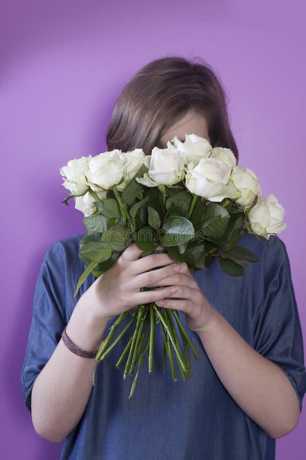 Dziewczyna z bridal bukietem w ona ręki obrazy stock