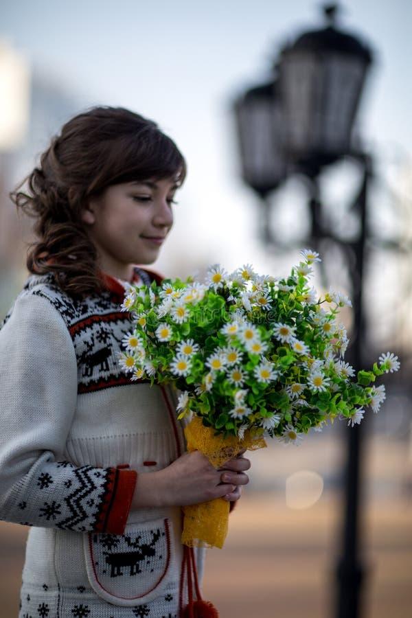 Dziewczyna z bukietem biali kwiaty obrazy stock