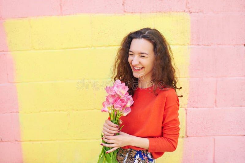 Dziewczyna z bukietem na kolorowym tle zdjęcie royalty free
