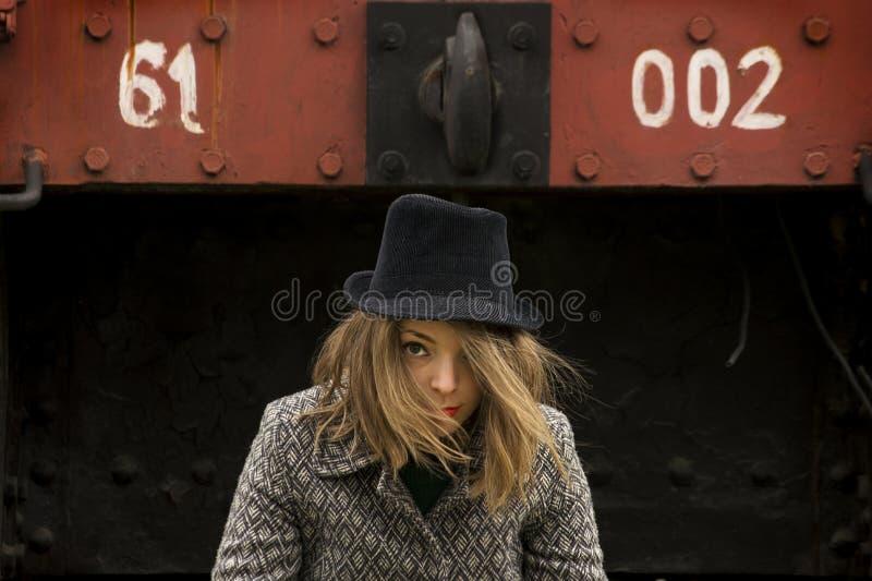 Dziewczyna z czarnym kapeluszem zdjęcia stock