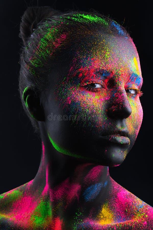 Dziewczyna z czarnym makijażem i kolorowym bodypainting zdjęcie stock