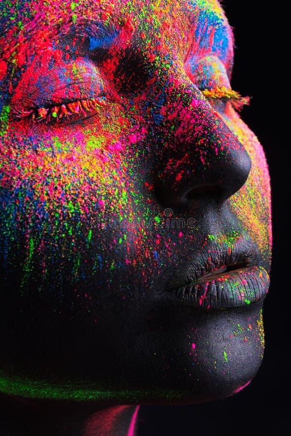 Dziewczyna z czarnym makijażem i kolorowym bodypainting zdjęcia royalty free