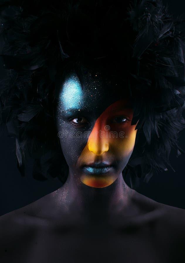 Dziewczyna z czarnym makijażem i kolorowym bodypainting zdjęcie royalty free