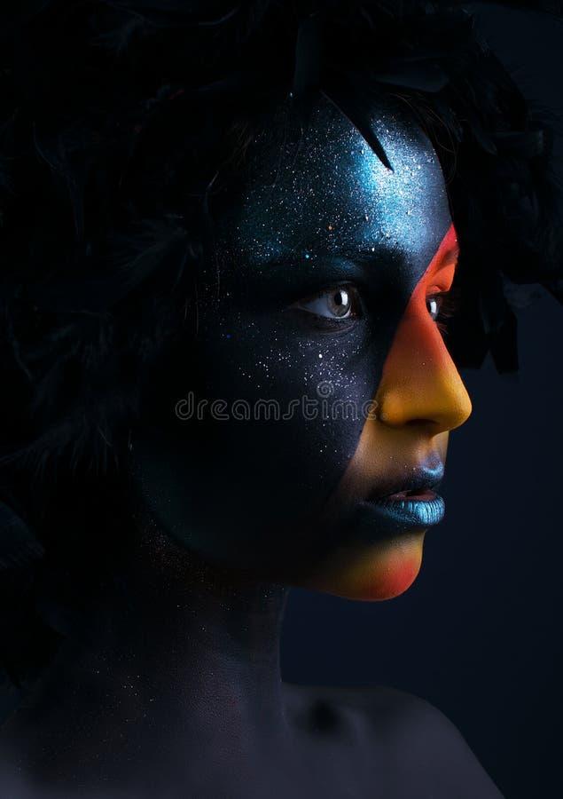 Dziewczyna z czarnym makijażem i kolorowym bodypainting zdjęcia stock