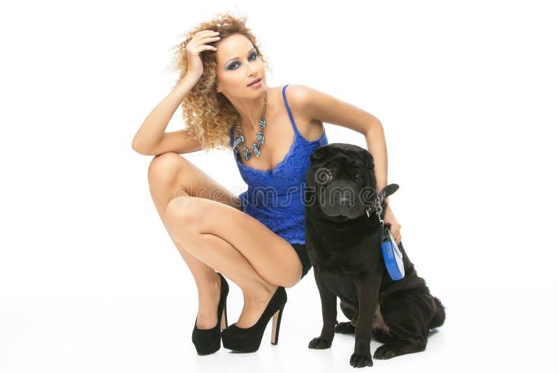 Dziewczyna z czarnym psem zdjęcia royalty free