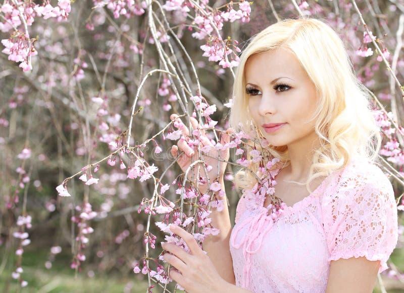 Dziewczyna z czereśniowym okwitnięciem wiosna kwiat piękna blondynka kobieta obrazy royalty free