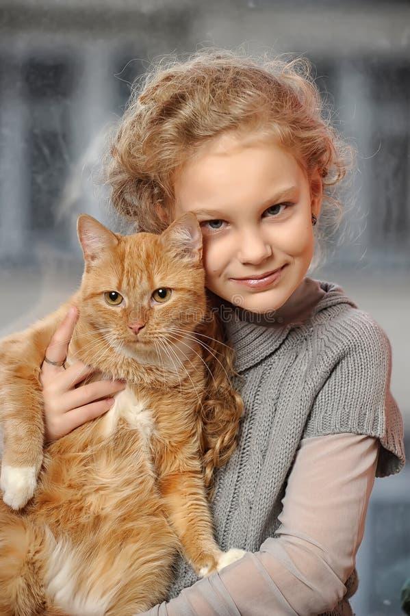 Dziewczyna z czerwonym kotem zdjęcia stock
