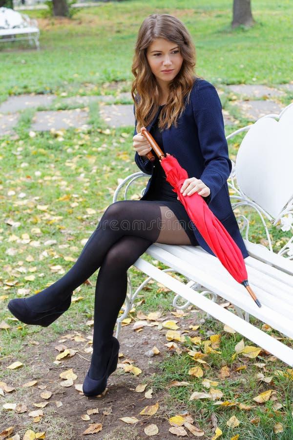 Dziewczyna z czerwonym parasolem w parku obrazy royalty free