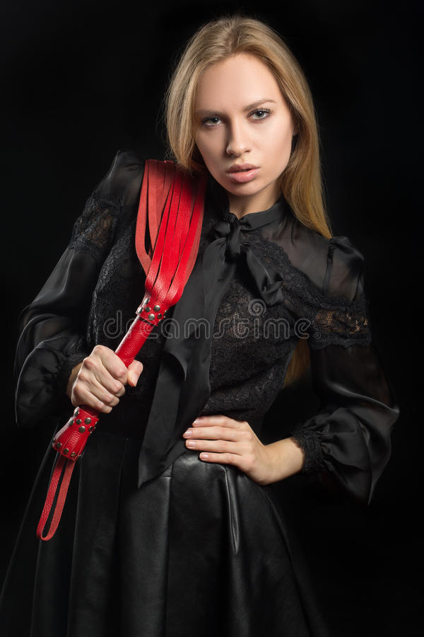 Dziewczyna z czerwonym rzemiennym batem obraz royalty free