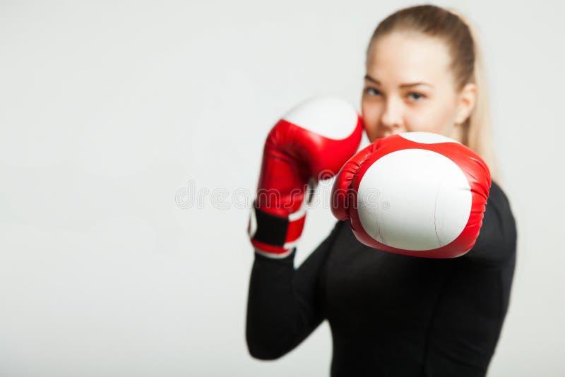 Dziewczyna z czerwonymi bokserskimi rękawiczkami, biały tło z kopii przestrzenią zdjęcie stock