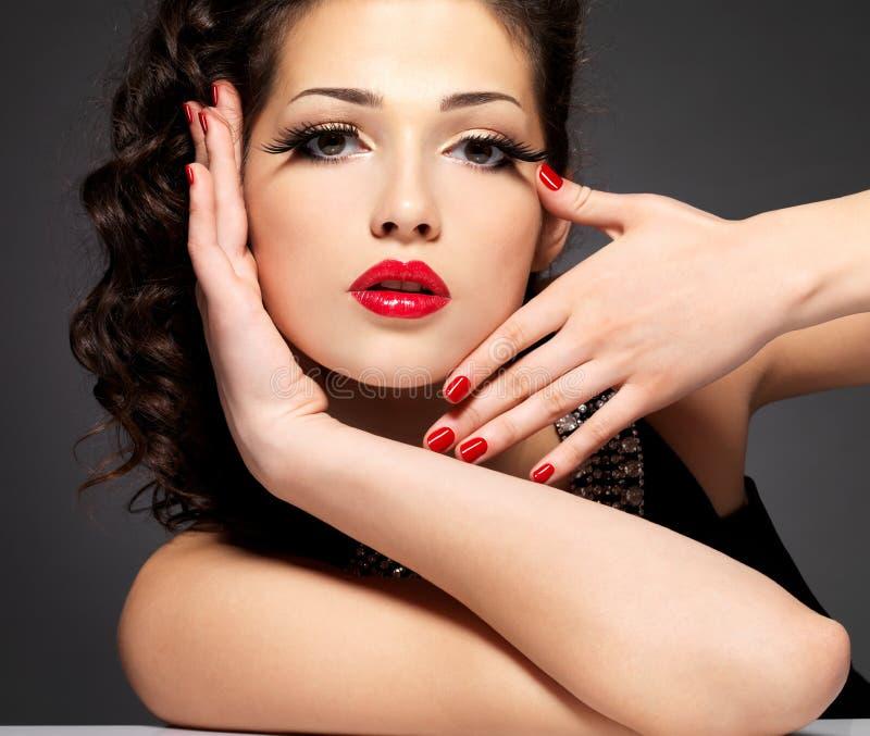 Dziewczyna z czerwonymi gwoździami zdjęcia royalty free