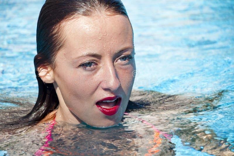 Dziewczyna z czerwonymi wargami i mokrym wÅ'osy dryftowego morza ?ródziemnego po?owów tu?czyka morski netto gapa Zdrój w basenie  obraz royalty free