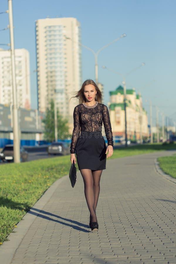 Dziewczyna z długie włosy pozować w miasto ulicach zdjęcia stock