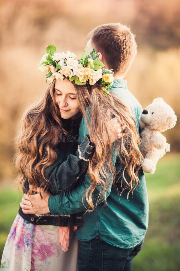 Dziewczyna z długie włosy przytuleniem jej facet obraz royalty free