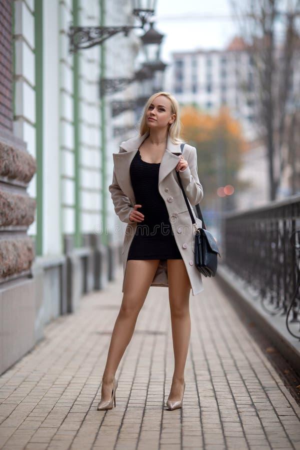 Dziewczyna z doskonalić nogami w pantyhose przy miasto kwadratem zdjęcia royalty free