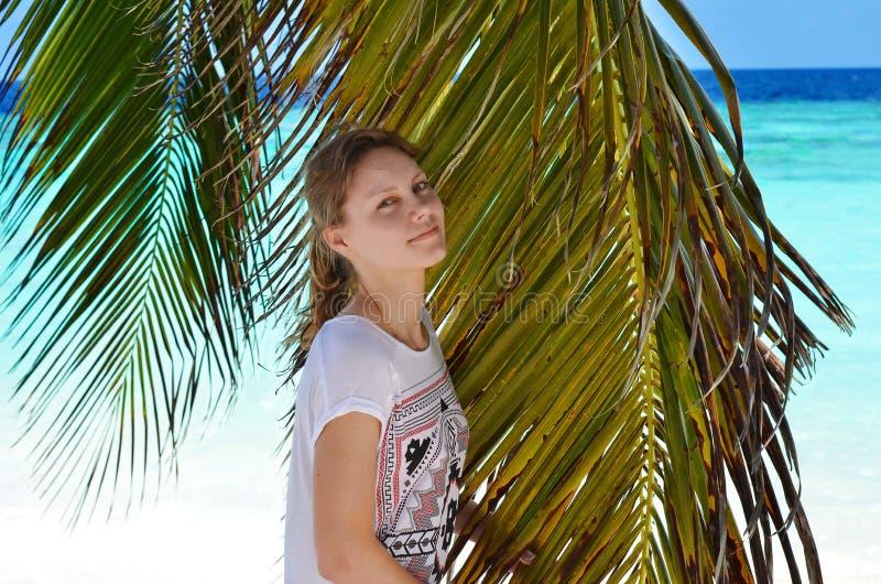 Dziewczyna z drzewkiem palmowym obrazy royalty free