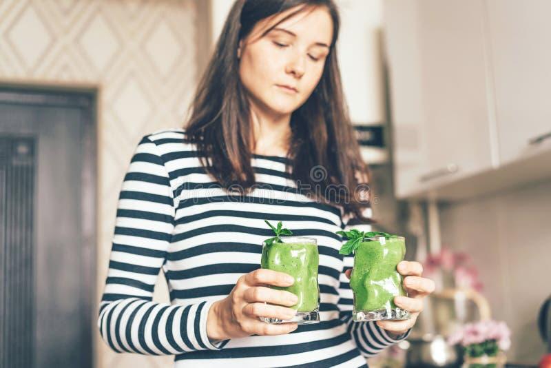 Dziewczyna z dwa szkłami zielony smoothie obrazy stock