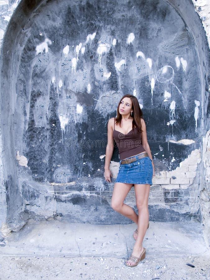 Dziewczyna z dziewczyną archway obrazy stock