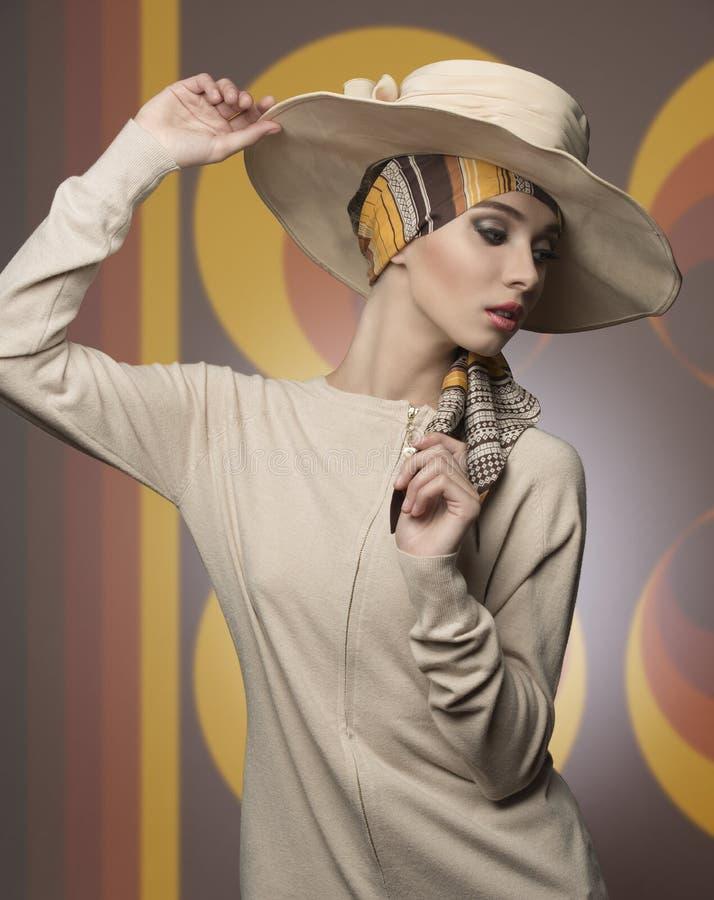 Dziewczyna z eleganckim moda stylem zdjęcia royalty free