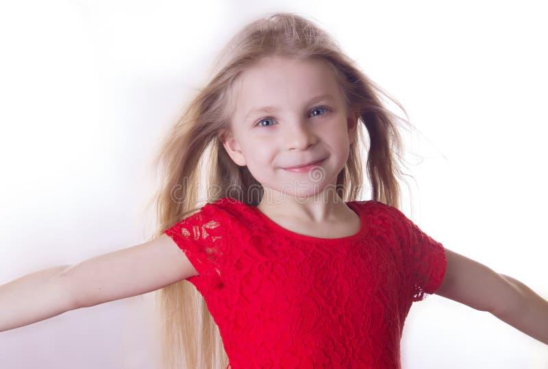 Dziewczyna z falowaniem wiatrowym włosy i szerokimi rozpieczętowanymi rękami zdjęcia stock