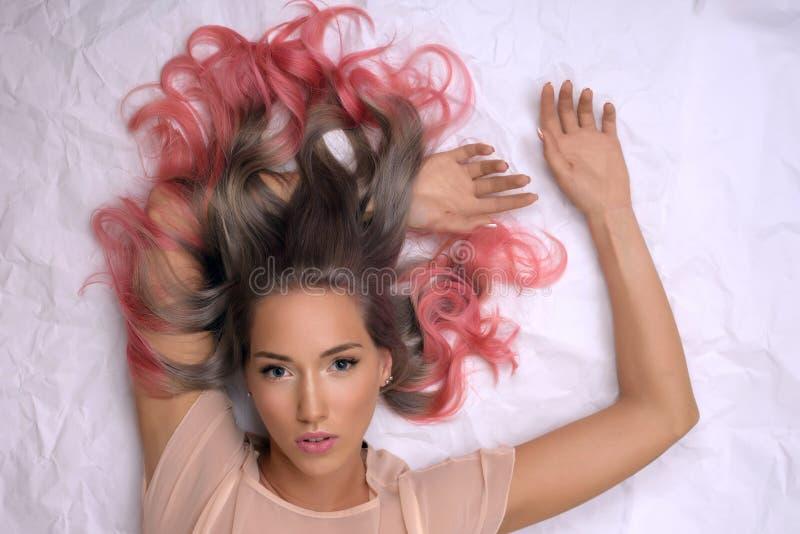 Dziewczyna z farbującym włosy, fachowy włosiany koloryt obraz stock
