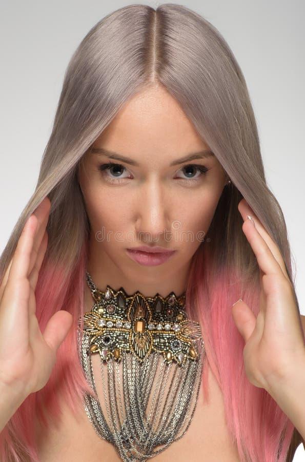 Dziewczyna z farbującym włosy, fachowy włosiany koloryt obrazy stock