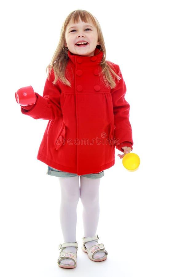 Download Dziewczyna Z Filiżanką W Ręce Obraz Stock - Obraz złożonej z dzieciak, piękno: 57670547